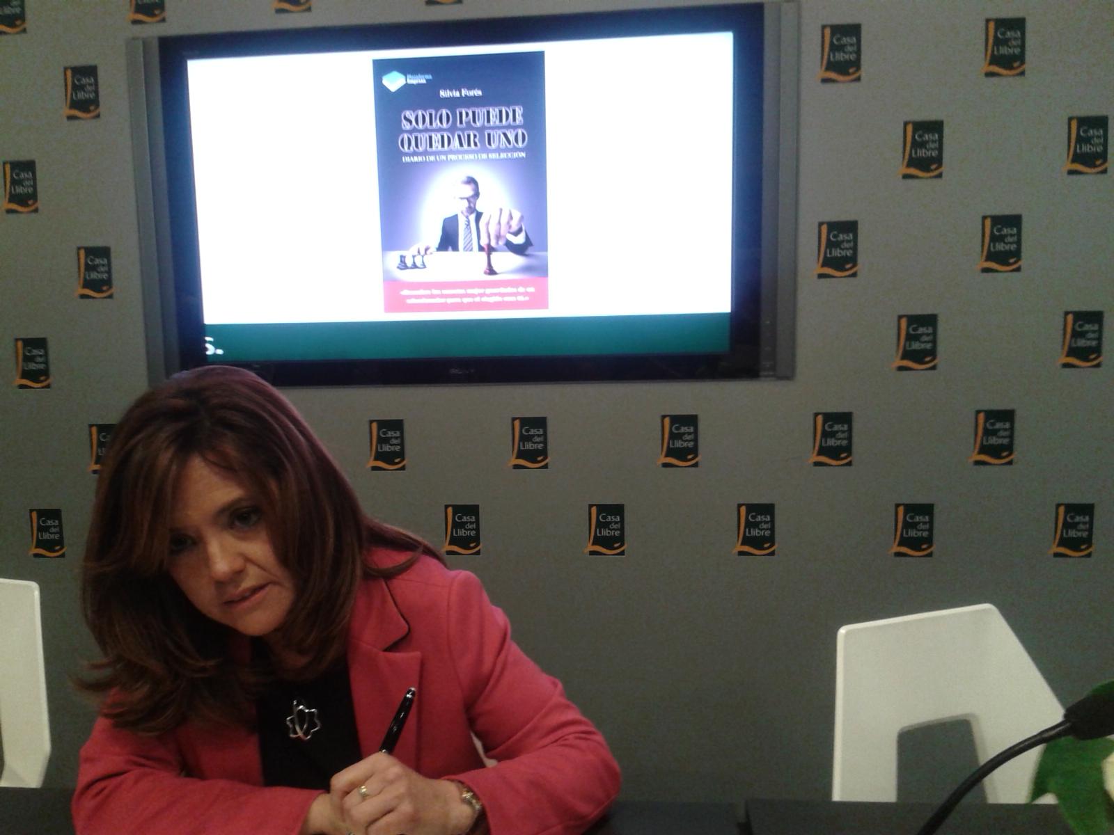 Sílvia Forés firmando ejemplares de su libro